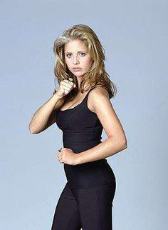 "Sarah Michelle Gellar as Buffy Summers; a season one promotional photo for ""Buffy, the Vampire Slayer""! Sarah Michelle Gellar Buffy, Freddie Prinze, Buffy Summers, Ann Summers, Joss Whedon, Buffy Im Bann Der Dämonen, Female Mma Fighters, Buffy The Vampire Slayer, Spike Buffy"