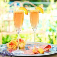 Een heerlijk cocktail: een elegante Bellini, gemaakt van perzikpuree en prosecco