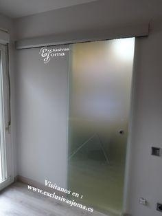 Reforma de suite con baño integrado en habitación y terraza. División de baño con puerta de cristal templado de 10mm al acido con guía Klein. Cisterna suspendida Geberit con pulsador  de vidrio umbra y aluminio. Inodoro Catalano