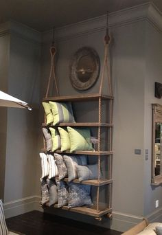 Красивые деревянные полки, которые крепятся на веревках, просто и интересно украсят интерьер любой комнаты.