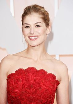 Beauty Looks on the 2015 Oscars Red Carpet Rosamund Pike - Photo: Getty Images