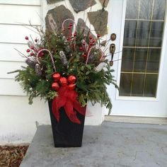 Deco noël Outdoor Christmas Planters, Christmas Urns, Christmas Front Doors, Rustic Christmas, Christmas Wreaths, Church Christmas Decorations, Christmas Centerpieces, Christmas Flower Arrangements, Holidays