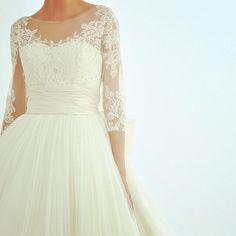 今週はドレス情報をお届け チュール素材レースの袖あり 最新トレンドのドレス デコルテラインと腕まわりが美しく映えますね . #徳島 #結婚 #結婚式 #結婚相談 #結婚準備 #結婚式準備 #プレ花嫁 #ウェディング #ブライダル #花嫁 #ドレス #ウェディングドレス #happy #wedding  #bridal #bp #weddingdress by bp.bridalplanning