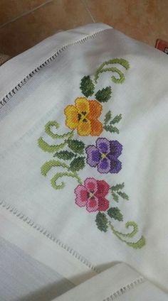Cross Stitch Rose, Cross Stitch Flowers, Cross Stitch Patterns, Table Linens, Needlework, Diy And Crafts, Tapestry, Embroidery, Floral