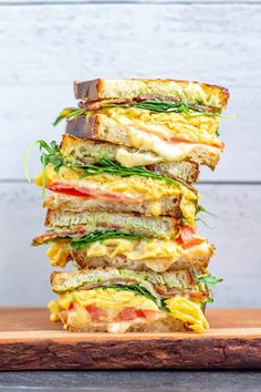 Scrambled Egg Grilled Cheese 2 Egg And Cheese Sandwich, Sausage Sandwiches, Tomato Sandwich, Wrap Sandwiches, Grill Breakfast, Breakfast Sandwich Recipes, Breakfast Meals, Grilled Cheese Avocado, Grilled Cheese Recipes