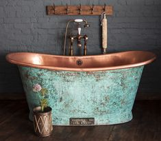 Copper bath tub, to bring country style to your vintage home decor Copper Tub, Copper Bathroom, Diy Bathroom, Bathroom Interior, Copper Shower Head, Baths Interior, Bathroom Tubs, Bathroom Ideas, Decoration Ikea