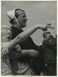Scheveningse vrouw met nachtmutsje. ca 1970 W.F. van Heemskerck-Düker #ZuidHolland #Scheveningen