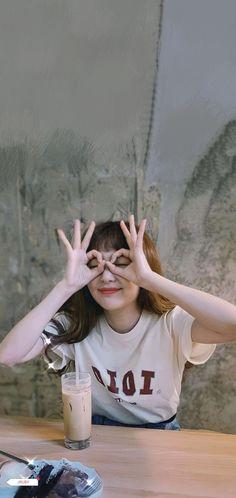 Velvet Wallpaper, Bear Wallpaper, Red Cake, Kang Seulgi, Red Velvet Seulgi, Aesthetic Songs, Cute Wallpapers, Make Me Smile, Girlfriends
