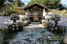 Decoração Floral em Estilo Rústico na cor Branca. Casamento com Cerimônia Religiosa ao Ar Livre.