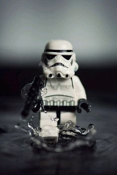 Mike Stimpson is a UK photographer who happens to be a big LEGO fan and a huge Star Wars geek. He takes whimsical photographs using LEGO minifigures and is best know for re-creating iconic photographs using LEGO. Lego Stormtrooper, Starwars Lego, Lego Star Wars, Star Wars Art, Star Trek, Walt Disney Pictures, Lego Krieg, Legos, Lego Lego