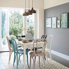 Olvídate de pintar toda la casa de un solo tono. La mezcla atrevida de colores y texturas transforma espacios anodinos en ambientes con alma.