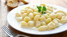 Tradizionalmente gli gnocchi si preparano con farina e patate,quest'ultime sono senza dubbio,da preferiredi pasta gialla. Gli gnocchisi condiscono con un