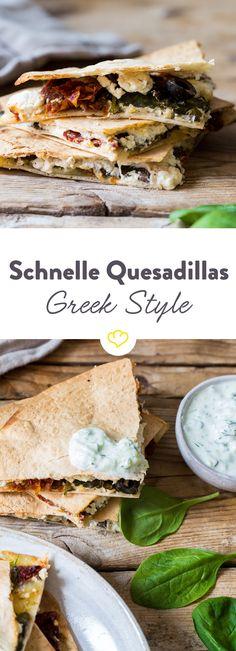 Nach 10 Minuten haben sich Spanien und Griechenland im Ofen vereint: In Form von heißen Quesadillas mit Oliven, Tomaten, Feta und geschmolzenem Mozzarella.