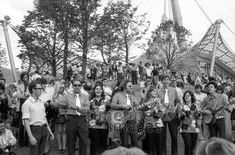 Die Olympischen Spiele in München, 1972 Aldiami/Timeline Images #blackwhite #bw #schwarzweiß #sw #Fotografie #photography #blackandwhitephotography #photo #image #Bild #Foto #Kamera #camera #historisch #historical #traditional #traditionell #retro #nostalgic #vintage #Olympiapark #Olympiastadion #70er #70s #München #Munich #OlympischeSpiele #Olympics #Park #Architektur #Bayern #Oberwiesenfeld #Olympia #Olympiade #Olympiagelände #Sehenswürdigkeit #Sommerolympiade #Zeltdach #bayerisch Eid Al Fitr, Fest Des Fastenbrechens, Parks, Dolores Park, Travel, Olympic Games, Old Pictures, Songs, Photographers