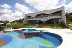Projeto de Ruy Ohtake no interior de São Paulo. Área construída de mil m² em terreno cinco vezes maior – ótima relação espacial – e paisagismo do escritório Burle Marx.