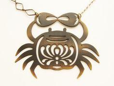 Crab Necklace  metal crab silhouette diamond shape por soradesigns, $28.50 Bonito detalle