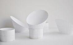 Up tiene una pantalla en forma de embudo, con un corte inclinado, lo que permite alterar la cantidad de luz al girarla y con esto crear diferentes ambientes, interactuando con sus alrededores al crear juegos de luz y sombra en las paredes.