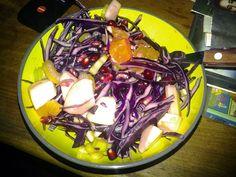 Rødkålsalat med æbler, granatæblekerner, appelsinfileter, bladselleri og en italiensk olie eddike dressing på.