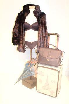Maleta 57 euros  Conjunto marino 35,60 euros  Paraguas 18 euros  Bolso y chaquetón cortesía Boutique Anduriña
