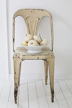 Love this chair with the pumpkins!