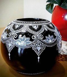 puntillismo, dot art point to point Mandala Art, Mandala Painting, Mandala Design, Pottery Painting Designs, Pottery Designs, Paint Designs, Glass Bottle Crafts, Bottle Art, Dot Art Painting
