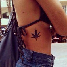 Tatouage De Femme Tatouage Feuille De Cannabis Noir Et Gris Sur
