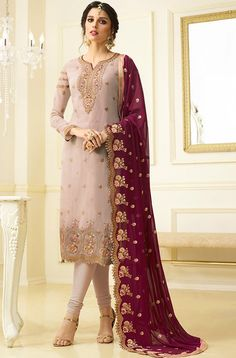 Looking to buy salwar kameez? ✓ Shop the latest dresses from India at Lashkaraa & get a wide range of salwar kameez from party wear to casual salwar suits! Fashion Designer, Indian Designer Wear, Designer Dresses, Pakistani Dresses, Indian Dresses, Modele Hijab, Indian Bridal Lehenga, Salwar Kameez Online, Indian Salwar Kameez