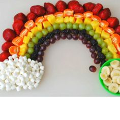 Rainbow Food Ideas for St. Patrick's Day or Rainbow Theme Party - Rainbow fruit platter Rainbow Fruit Platters, Rainbow Food, Rainbow Theme, Kids Rainbow, Rainbow Treats, Rainbow Birthday, Dinosaur Birthday, Cake Rainbow, Rainbow Salad