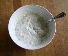 Molho de yougurte:   Ingredientes:   1 unidade 200ml de iogurte desnatado   1 colher de sopa salsa picada  1 colher de sopa de hortelã  1 colher de chá de cebola picada   1 colher de sopa de suco de limão  Sal a gosto    Modo de preparo:   Misturar o iogurte com a cebola e a salsa bem batidas, o limão, o sal e uma colher de sopa de água filtrada.