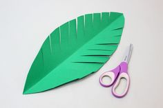 New Ideas For Paper Palm Tree Leaves Jungle Theme Paper Palm Tree, Palm Tree Crafts, Palm Tree Decorations, Leaf Crafts, Jungle Decorations, Palm Tree Leaves, Palm Trees, Paper Leaves, Paper Flowers