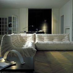 el cl sico sof modular togo de ligneroset tapizado en alcantara un tejido muy resistente. Black Bedroom Furniture Sets. Home Design Ideas