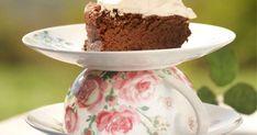 Suklaapilvikakku on tahmean suklainen ja unelmanpehmeä. Mikä parasta, tämä kakku saa laskea! Notkahtanut suklaapilvikakku täytetään kuohkealla kermavaahdolla ja