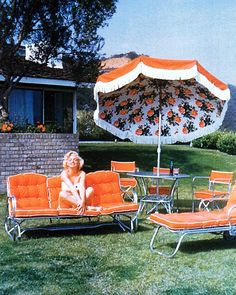Retro umbrella with floral print on the underside and fringe (Marilyn Monroe on bright orange patio furniture). Patio Vintage, Vintage Decor, Living Pool, Outdoor Living, Josie Loves, Foto Fun, Orange Aesthetic, Aesthetic Vintage, Parasols
