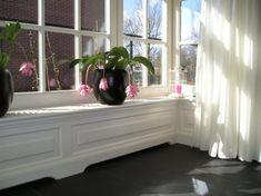 Hebben! | mooie radiator ombouw Door Woodprint Bay Window Living Room, Radiator Cover, Interior Decorating, Interior Design, Interior Ideas, Black Floor, Living Spaces, New Homes, Flooring