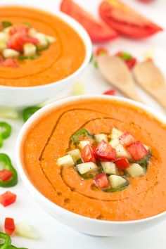 Gazpacho is a soup made of raw vegetables and served cold. We eat it especially during the hot summers because is so refreshing. Vegan Soups, Vegan Dishes, Vegan Vegetarian, Vegetarian Recipes, Healthy Recipes, Vegan Food, Bariatric Recipes, Tapas, Gazpacho Recipe