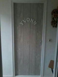Erg leuk, behang op een deur.