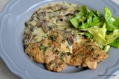 reteta escalop de pui cu ciuperci Romanian Food, Salmon Burgers, Good Food, Food And Drink, Cooking Recipes, Tasty, Chicken, Meat, Ethnic Recipes