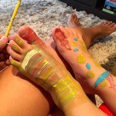 """Neste fim de tarde estive ocupada com um """"artista"""" em casa. Assim ele se auto-denomina e exigente como é pediu descanso para os pés e muitos elogios!  Meu @guri_valente depois de uma sessão de pintura com #tintaguache  #maecomfilhos #famíliastica #shiraishis #lazercomfilhos #mamaebrinca #pinturaadedo #toddleractivities"""