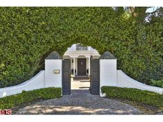 Chris Hemsworth and Elsa Pataky scoop up Paul Hogan's Malibu mansion Malibu Mansion, Malibu Homes, Driveway Entrance, Grand Entrance, Entry Gates, Entry Foyer, Beautiful Architecture, Architecture Details, Outdoor Spaces