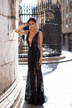 Elyse - Black Patterned Sequins Gown with Plunge Neck & Open Back Black Sequin Dress, Black Sequins, Outfit Elegantes, Prom Dresses, Formal Dresses, Evening Gowns, Black Evening Dresses, Dresses Online, Beautiful Dresses