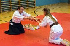 Aikido Kindertraining in der Auhofschule (Linz Urfahr / Oberösterreich): Übergabe Osternest am Ende des Trainings