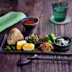 *本日横画像ですスマホからご覧の皆さんは画面横にして見てね常備菜と残り物でワンプレート盛り付けを遊ぶ、楽しい時間自分の食べるものだから冷めてもOKゆっくり、あれやこれや動かして... Japanese Food Dishes, Asian Recipes, Healthy Recipes, Weird Food, Exotic Food, Food Decoration, Food Design, Design Design, Teller