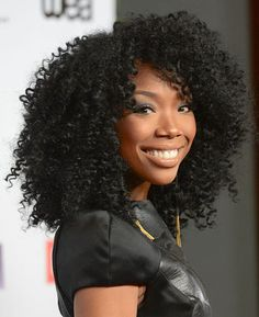 Yesssss!!! This Weave hair is giving me LIFE! Brandy stepped out in one of the most popular beauty looks— a smoky eye with a shiny, nude lip.