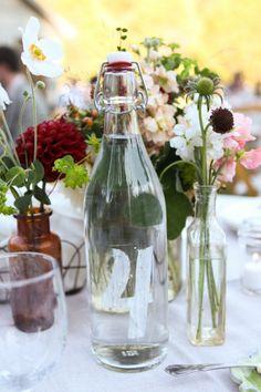 #wedding #budget friendly idea #le numéro de table est peint au pochoir sur une bouteille