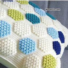 Pompon Baby Blanket Making – Knitting And We Crochet Pillow Pattern, Crochet Cushions, Crochet Stitches, Knit Crochet, Knitting Blogs, Baby Knitting Patterns, Crochet Patterns, Chunky Yarn Blanket, Knitted Baby Blankets