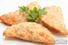 Ingredientes 3 colheres (sopa) de óleo 1 colher (sopa) de cachaça 1 ovo 1/4 colher (chá) de sal 3 xícaras (chá) de farinha de trigo Fonte: Comida e Receitas - http://www.comidaereceitas.com.br/salgados/massa-basica-para-pastel.html#ixzz3kWzxGhCh