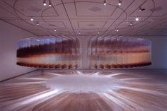 L'artista giapponese Nobuhiro Nakanishi ha dato vita ad un processo raffinatissimo e fuori dal comune. Si intitola Layer Drawings, e consiste in una serie di centinaia di sottili pannelli in vetro su cui sono state riprodotte le fotografie di uno stesso, identico luogo, ma in momenti diversi del tempo