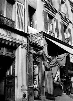 Pas de doute, cette petite cordonnerie, prise en photo en 1941, est la plus petite boutique de Paris. Située 39 rue du Château d'Eau dans le 10e arrondissement, non loin de la mairie, cette maison mesure 1,10 m de large et 5 m de haut, elle est composée d'une unique travée avec un rez-de-chaussée et un seul étage.