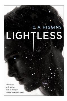 """Il romanzo """"Senza luce"""" (""""Lightless"""") di C.A. Higgins è stato pubblicato per la prima volta nel 2015. È il primo libro della trilogia Lightless. In Italia è stato pubblicato da Mondadori nel n. 1641 di """"Urania"""" nella traduzione di Annarita Guarnieri. Immagine di copertina di David G. Stevenson. Clicca per leggere una recensione di questo romanzo!"""