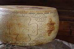 """GRANA PADANO DOP Risalgono intorno all'anno 1000 le prime notizie su un allora """"innominato"""" formaggio semigrasso, a pasta dura, cotta e suscettibile di una lunga stagionatura. A far nascere questo formaggio fu l'esigenza di conservare a lungo e in modo proficuo il latte. Già nel Trecento era conosciuto e apprezzato anche al di fuori della Pianura Padana. Area di produzione: Piemonte, Lombardia (esclusa Mantova a sud del Po), Emilia Romagna (escluse Parma, Reggio Emilia, Modena e Bologna a…"""